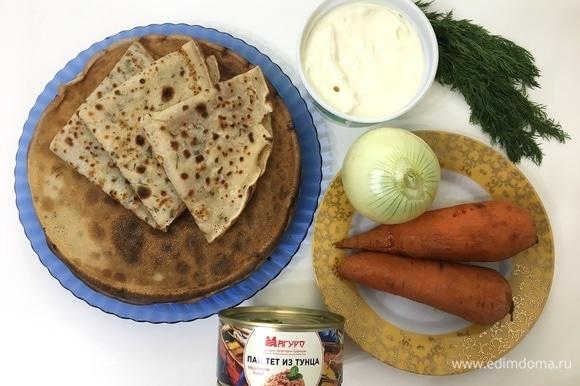 Готовим начинку. В основе начинки у нас будет паштет из тунца ТМ «Магуро». Для начала нужно отварить и почистить морковь, нарезать и обжарить лук.