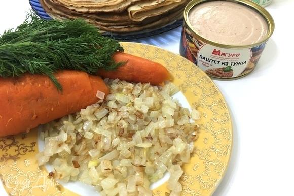 Все ингредиенты подготовлены. Отправляем паштет, лук, морковь и зелень в чашу блендера. Измельчаем все в однородную массу. Хочу заметить, что на фото у меня 2 моркови, но по факту я использовала 1 крупную морковь.