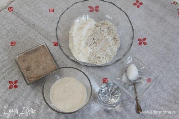 Для опары понадобится: по 80 г ржаной и пшеничной закваски 100%, 80 г теплой воды, по 40 г ржаной и пшеничной муки, 1 ч. л. сахарного песка.