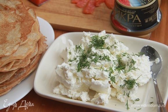 Для прослойки блинного пирога размять сливочный сыр, добавить рубленый укроп. Если консистенция сыра слишком густая, добавить немного жирных сливок.