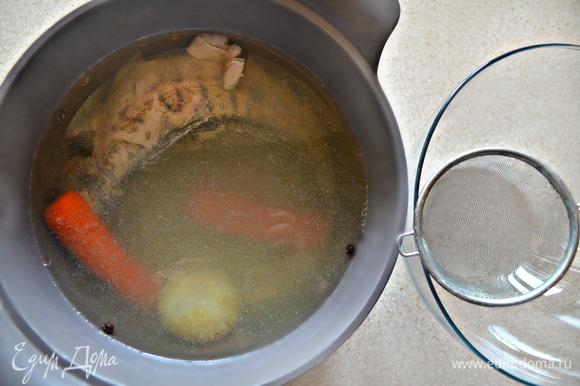 В этом же бульоне отварите предварительно очищенного целикового судачка. Вам потребуется 25–30 минут в зависимости от размера рыбы. Готовую рыбу выньте из бульона, разберите на кусочки, удаляя кости. Бульон процедите. В отдельной небольшой емкости разведите бульоном желатин, дайте настояться и введите в кастрюлю с бульоном.