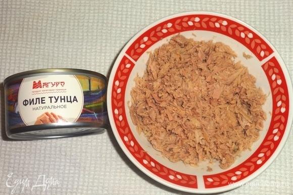 Филе тунца размять или мелко нарезать.