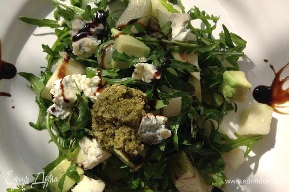 Добавляю оливковое масло, хорошо перемешиваю, затем кладу соус песто, сыр дор блю, поливаю бальзамическим кремом.