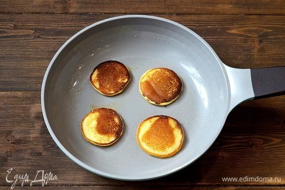 Разогрейте сковороду, при необходимости добавьте масло, жарьте блинчики до готовности.