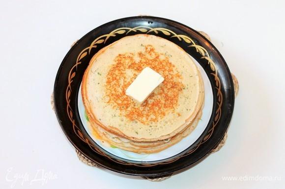 Каждый готовый блин кладем на тарелку, смазываем сливочным маслом и накрываем крышкой, чтобы не остывали. Блины готовы!