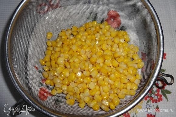 Кукурузу откинуть на сито и дать стечь жидкости.