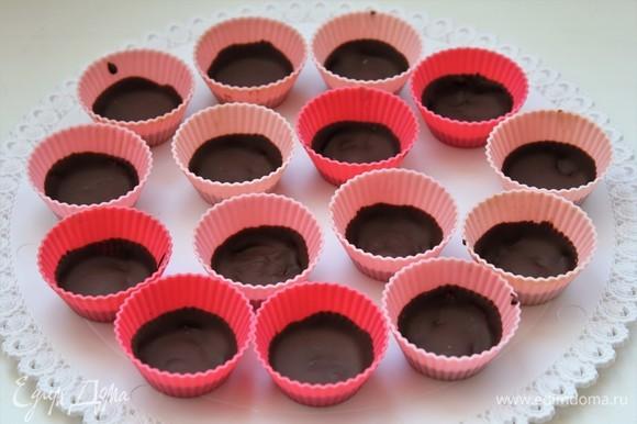 Шоколад застыл, переходим к начинке из арахисовой пасты.