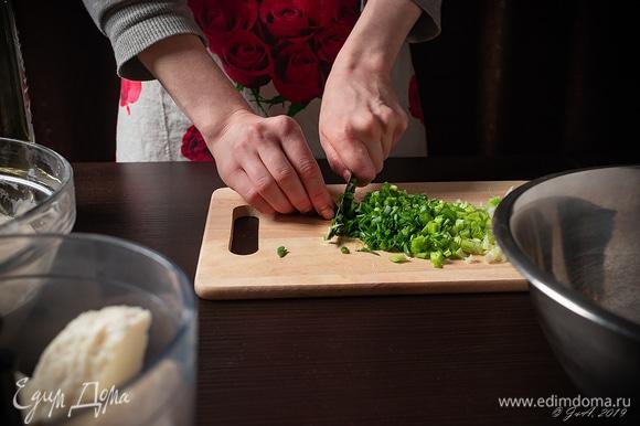 Порубите зеленый лук.