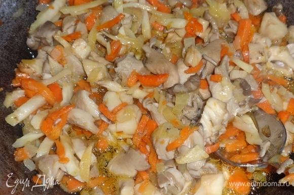Обжаривать овощи и грибы вместе еще 5–7 минут.