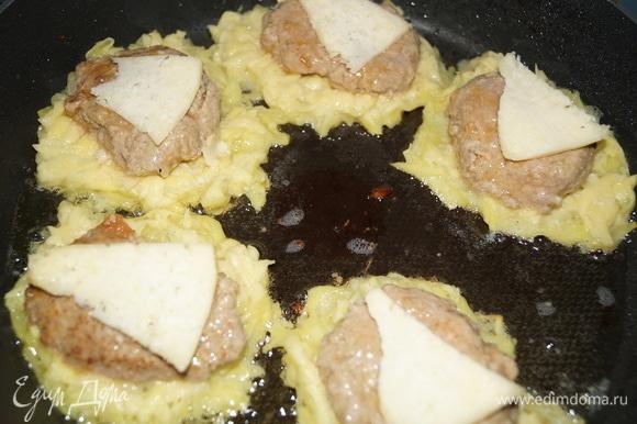 В сковороду добавьте растительное масло и начинайте выкладывать ваши цеппелины: вначале столовую ложку картофельной массы, затем — кусочек сыра, на него — половину котлеты срезом вниз, вновь кусочек сыра, закрываем все это картофельной массой, выравнивая ее по краям.