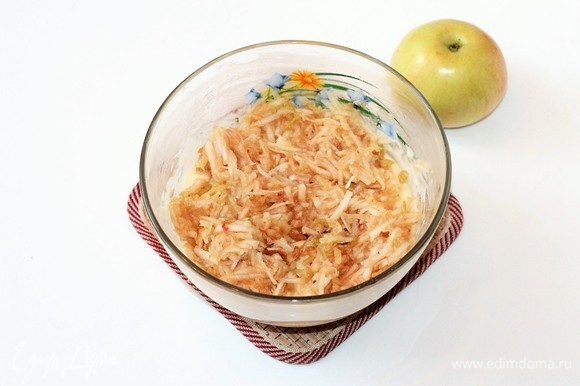 Яблоко натереть на крупной терке вместе с кожурой и тоже добавить в тесто.