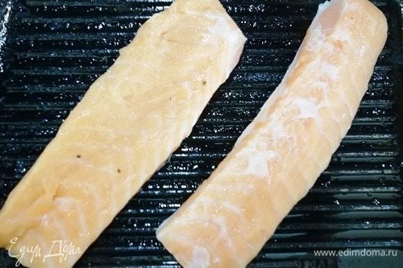 В ту же сковороду выкладываем семгу кожей вниз. Обжариваем с двух сторон до готовности.