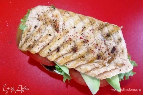 С рыбы снимаем кожу, кладем ее поверх овощей. Солим и перчим.