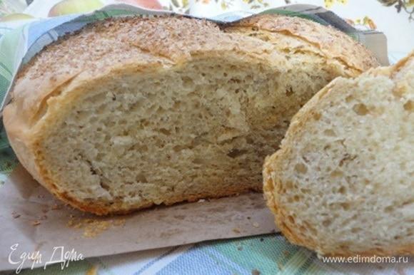 Готовый хлеб укрыть салфеткой до полного остывания.