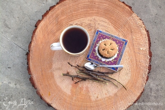Заварить чай: в кипящую воду положить две веточки вишни (примерный размер веточек — 15 см), прокипятить 2 минуты, дать настояться. Получается очень ароматный чай красивого насыщенного цвета. По желанию добавить мед или сахар. Приятного чаепития!