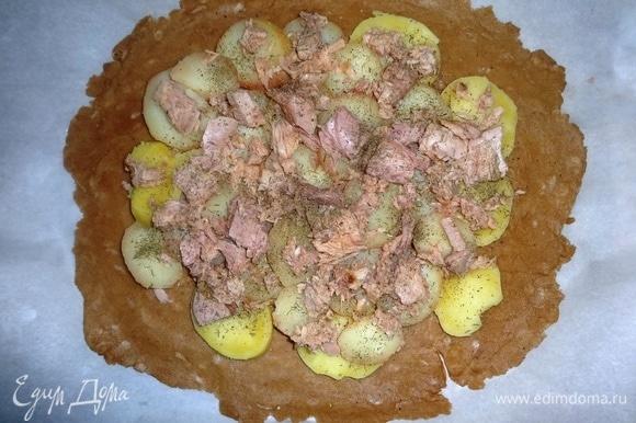 Положить слой консервированного тунца, посыпать тимьяном.