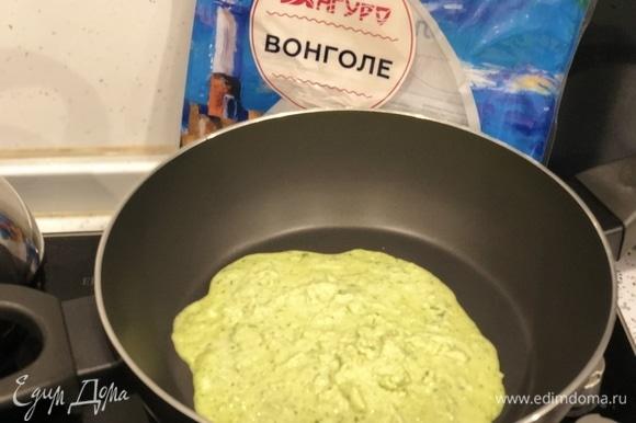 Затем выливаю эту смесь на сковородку и грею, но не кипячу!