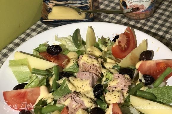 На тарелку выложить листья салата (у меня радиччо, романо и айсберг), дольки картофеля и помидора, фасоль, оливки, тунец. Заправить домашним майонезом и свежемолотым перцем.