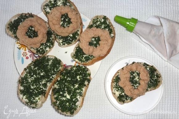 Отсадить паштет на ломтики батона с маслом и зеленью в форме колец (это будущие «гнездышки»).