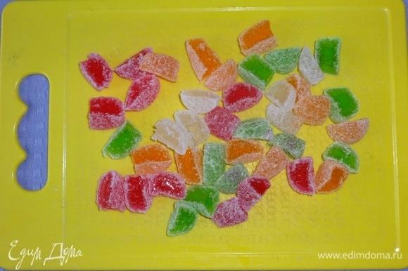 Разноцветный мармелад разрезать на 3–4 части.