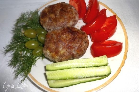Горячие котлеты разложить по тарелкам. Подавать с зеленью, овощами. Угощайтесь! Приятного аппетита!