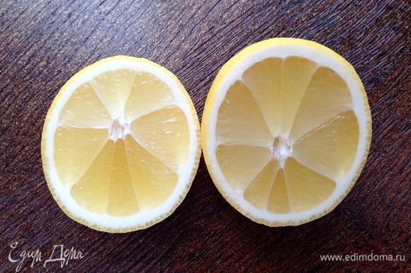 Из двух лимонов выжать сок.