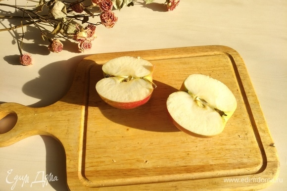 Пока варится пшено, моем яблоко.
