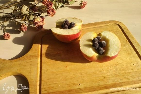 Режем пополам, вырезаем сердцевину, кладем замороженные ягоды (смородину, клюкву — что вашей душе угодно).