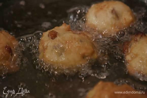 В глубокой сковороде разогреть масло для фритюра, с помощью двух ложек выкладывать маленькие кусочки теста и жарить до золотистого цвета, а затем выкладывать на бумажное полотенце, чтобы удалить излишки жира.