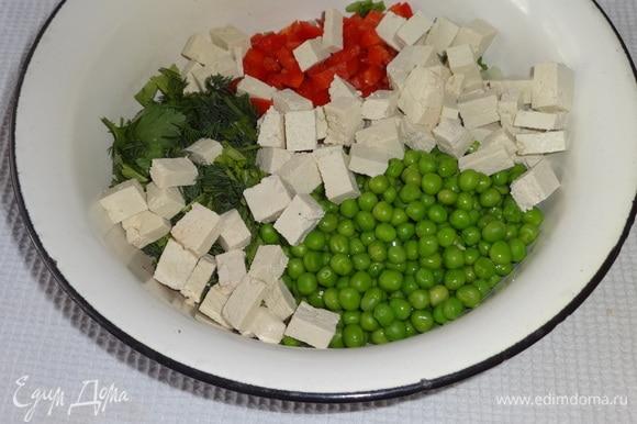 Все подготовленные продукты, кроме креветок, сложить в миску.