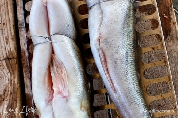 Что бы кто ни говорил, а судак — рыба суховатая для копчения. Поэтому коптить их лучше всего «брюхом кверху». Чтобы сок или жир — это кому как нравится — не вытекал из тушек.