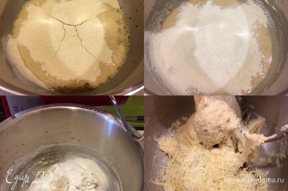 Сначала добавить семолину и хорошо перемешать, а затем начать постепенно добавлять муку и замесить тесто. Затем добавить натертый пармезан, нарезанные вяленые помидоры и хорошо вымесить тесто (руками — 10 минут, а планетарным миксером — 5 минут).