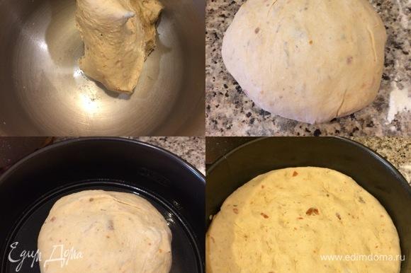 Форму диаметром 20 см смазать маслом, переложить тесто в форму, разровнять, накрыть и поставить в теплое место на 30–40 минут.