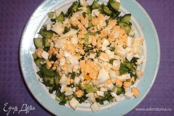 Нарезанные кубиками яйца выложить в салатник, поперчить, перемешать.