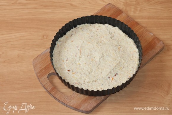Выложить тесто в небольшую форму для выпечки и выпекать в разогретой духовке 30 минут.
