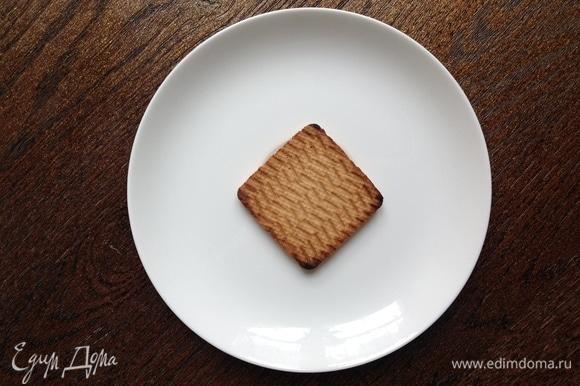 Печенье кладу на тарелку.