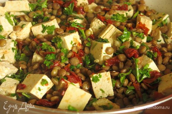 Кладем зелень и брынзу (тофу).