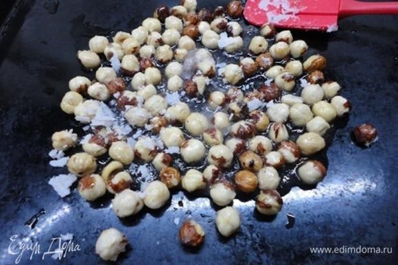 Противень смачиваем холодной водой и выкладываем карамелизированные орехи.