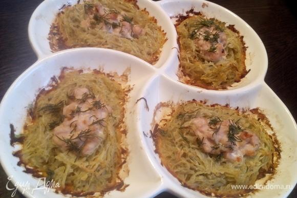 Готовое блюдо достать и посыпать зеленью укропа.