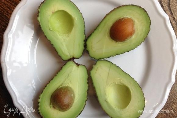 Авокадо разрезаю, вынимаю косточку, очищаю, нарезаю дольками.