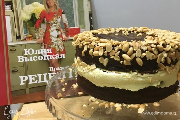 Фундук слегка измельчить в ступке и посыпать им торт со всех сторон.