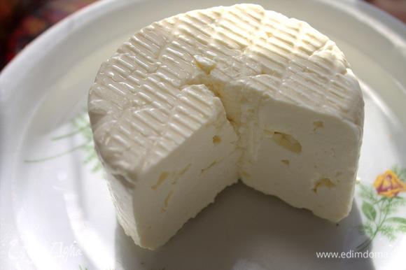 Натереть сыр. Юлия рекомендует любой полутвердый.