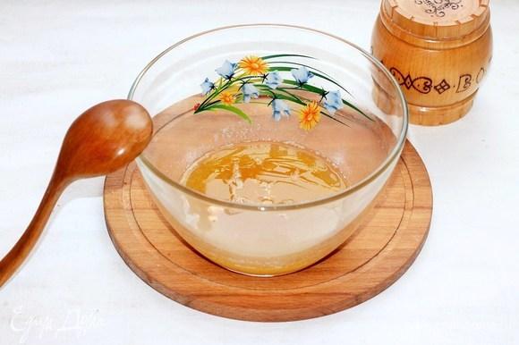 В миске растопить 140 г предварительно размягченного сливочного масла, кленовый сироп (у меня мед) и сахар (коричневый).