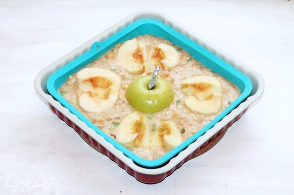 Влить тесто и выложить яблоки, прижав их так, чтобы срез яблок был на одном уровне с тестом.