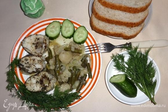 Рыбу с овощами разложить по порциям. Украсить зеленью и свежими овощами. Угощайтесь! Приятного аппетита!