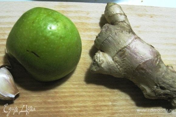 Потом, конечно, нарезаем все ингредиенты: яблоко — лепестками и кубиками, а имбирь — лепестками или соломкой, как и чеснок.