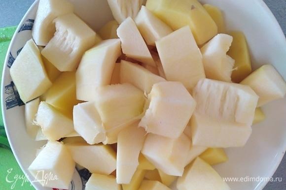Картофель и кабачок почистить и нарезать кубиками. Добавить в кастрюлю.