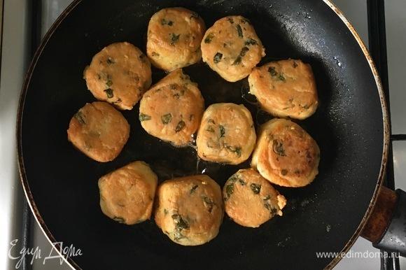 Разогреть в сковороде оставшееся оливковое масло и обжарить бомбочки со всех сторон, а затем выложить на бумажное полотенце, чтобы удалить излишки жира.
