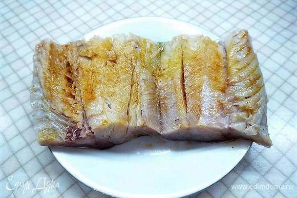 Треску моем, делаем на коже диагональные надрезы. Натираем рыбу с обеих сторон оливковым маслом и паприкой.