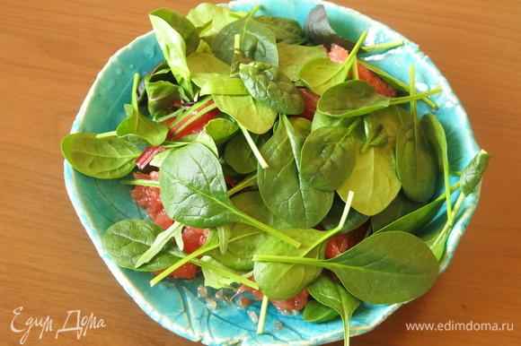 На мякоть кладем 2 горсти салата. В рецепте исходном используют корн, рекомендуют руколу или любую другую зелень. У меня мангольд и буллс блад.
